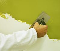 Application de la peinture Stuckés au platoir